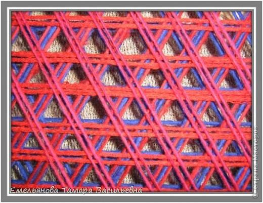 Салфетка выполняется из шерстяной пряжи. Пряжа натягивается на шестигранном станке в определенной последовательности в два слоя. фото 12