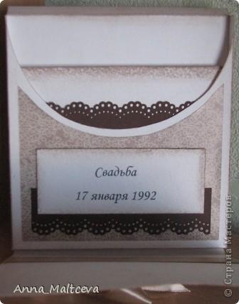 Привет! У моих родителей в этом году юбилей свадьбы - 20 лет - Фарфоровая свадьба! Ну не могла же я оставить их без подарка! Набор состоит из коробочки для диска и открыточки. Это коробочка для диска(часть подарка была оцифровка кассеты с их свадьбой и запись на диск). Закрывается на магнитик. фото 2