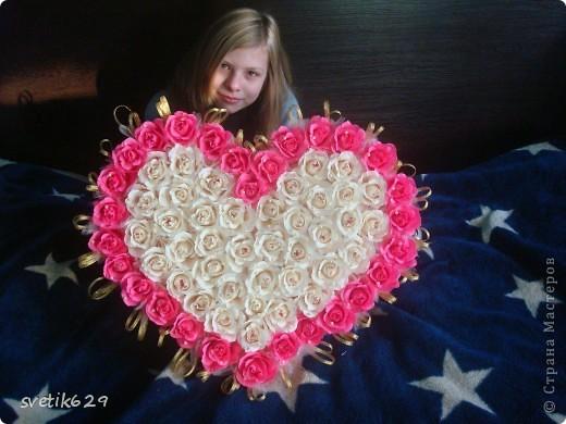 Решила и я показать свою небольшую коллекцию валентинок.  Вот эта самая большая на нее ушло почти 4 рулона бумаги и 83 штуки Рафаэллок . Для маштаба я рядом дочу посадила. фото 4
