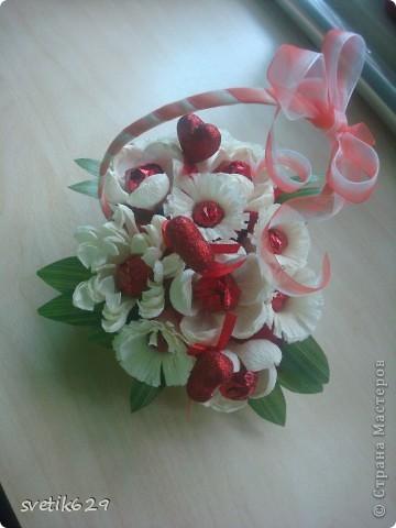 Решила и я показать свою небольшую коллекцию валентинок.  Вот эта самая большая на нее ушло почти 4 рулона бумаги и 83 штуки Рафаэллок . Для маштаба я рядом дочу посадила. фото 12