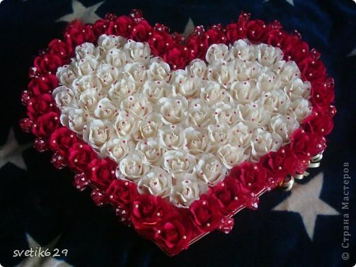 Решила и я показать свою небольшую коллекцию валентинок.  Вот эта самая большая на нее ушло почти 4 рулона бумаги и 83 штуки Рафаэллок . Для маштаба я рядом дочу посадила. фото 2
