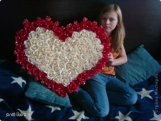 Решила и я показать свою небольшую коллекцию валентинок.  Вот эта самая большая на нее ушло почти 4 рулона бумаги и 83 штуки Рафаэллок . Для маштаба я рядом дочу посадила. фото 1