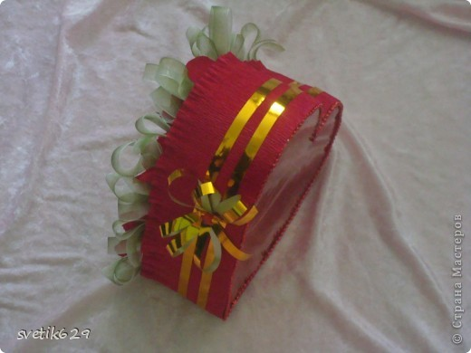 Решила и я показать свою небольшую коллекцию валентинок.  Вот эта самая большая на нее ушло почти 4 рулона бумаги и 83 штуки Рафаэллок . Для маштаба я рядом дочу посадила. фото 10