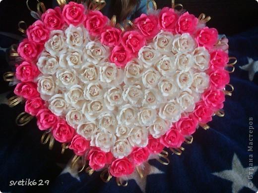 Решила и я показать свою небольшую коллекцию валентинок.  Вот эта самая большая на нее ушло почти 4 рулона бумаги и 83 штуки Рафаэллок . Для маштаба я рядом дочу посадила. фото 7