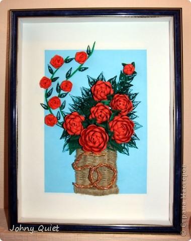 """Эту картину я делала на заказ. Подарок родственникам заказчика на Золотую свадьбу. 7 основных роз символизируют семью, вместе с бутоном - её продолжением; две ветки с розами поменьше - два встретившихся жизненных пути. Цифру """"50"""" попыталась изобразить в виде свадебных колец, надеюсь, получилось похоже. Корзинку сплела из шпагата. Рамка 30Х40 см, сама работа формата А4. Углубила рамочку на 5 см. фото 1"""