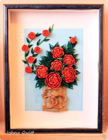 """Эту картину я делала на заказ. Подарок родственникам заказчика на Золотую свадьбу. 7 основных роз символизируют семью, вместе с бутоном - её продолжением; две ветки с розами поменьше - два встретившихся жизненных пути. Цифру """"50"""" попыталась изобразить в виде свадебных колец, надеюсь, получилось похоже. Корзинку сплела из шпагата. Рамка 30Х40 см, сама работа формата А4. Углубила рамочку на 5 см. фото 5"""