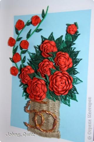 """Эту картину я делала на заказ. Подарок родственникам заказчика на Золотую свадьбу. 7 основных роз символизируют семью, вместе с бутоном - её продолжением; две ветки с розами поменьше - два встретившихся жизненных пути. Цифру """"50"""" попыталась изобразить в виде свадебных колец, надеюсь, получилось похоже. Корзинку сплела из шпагата. Рамка 30Х40 см, сама работа формата А4. Углубила рамочку на 5 см. фото 2"""