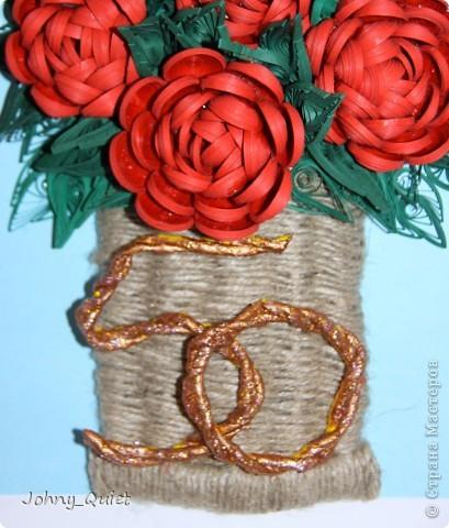 """Эту картину я делала на заказ. Подарок родственникам заказчика на Золотую свадьбу. 7 основных роз символизируют семью, вместе с бутоном - её продолжением; две ветки с розами поменьше - два встретившихся жизненных пути. Цифру """"50"""" попыталась изобразить в виде свадебных колец, надеюсь, получилось похоже. Корзинку сплела из шпагата. Рамка 30Х40 см, сама работа формата А4. Углубила рамочку на 5 см. фото 4"""