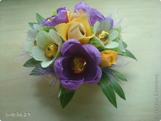 Вот такие цветочки можно сделать из маленьких обрезков . У меня за год накопилось весьма большая коллекция всяких кусочков я как плюшкина ,а вдруг пригодится пригодилось))) фото 12