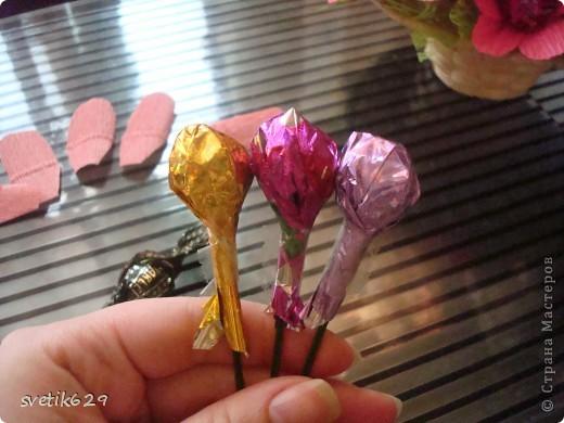 Вот такие цветочки можно сделать из маленьких обрезков . У меня за год накопилось весьма большая коллекция всяких кусочков я как плюшкина ,а вдруг пригодится пригодилось))) фото 5