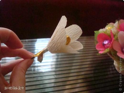 Вот такие цветочки можно сделать из маленьких обрезков . У меня за год накопилось весьма большая коллекция всяких кусочков я как плюшкина ,а вдруг пригодится пригодилось))) фото 8