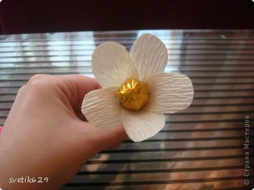Вот такие цветочки можно сделать из маленьких обрезков . У меня за год накопилось весьма большая коллекция всяких кусочков я как плюшкина ,а вдруг пригодится пригодилось))) фото 10