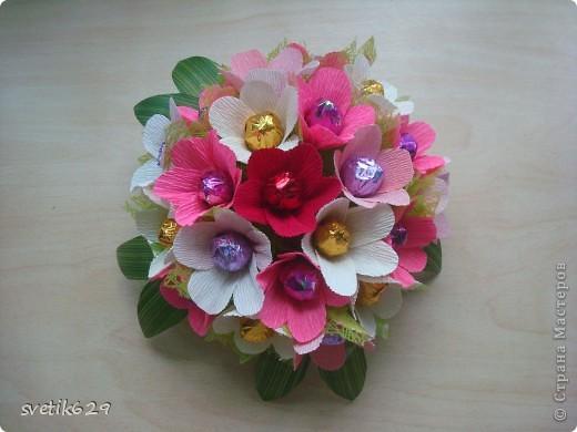 Вот такие цветочки можно сделать из маленьких обрезков . У меня за год накопилось весьма большая коллекция всяких кусочков я как плюшкина ,а вдруг пригодится пригодилось))) фото 1