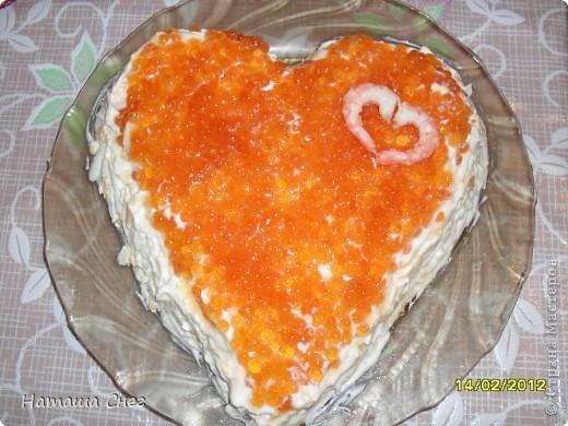 Не помню где взяла рецептик этого салатика,решила сделать его в виде сердечка на 14 февраля... Рецептик: Креветки (около 1 кг.) Картофель (4 шт) Яйца (4 шт.) Икра красная (баночка в 100-150 г.) Майонез  Лавровый лист,перец горошком,долька лимона  Способ приготовления:  Отварить креветки в солёной воде с добавлением лаврового листа,дольки лимона и чёрного перца горошком. Остудить, почистить, 2 креветки оставить для украшения, остальные мелко порезать. Отварить, остудить , очистить картофель и натереть на крупной тёрке. Отварить и так же натереть яйца. Укладываем слоями: креветки, майонез, картофель, майонез, яйца, майонез,икра и 2 креветки в виде сердечка.Перед подачей на стол салатик должен постоять в холоде ночь.