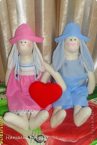 Эти зайки - вторая и третья моя шитая игрушка, шились обе сразу и были подарены подруге на ее юбилей.