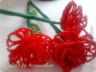 Эти розы из биссера я хочу подарить маме на 8 марта))) фото 2
