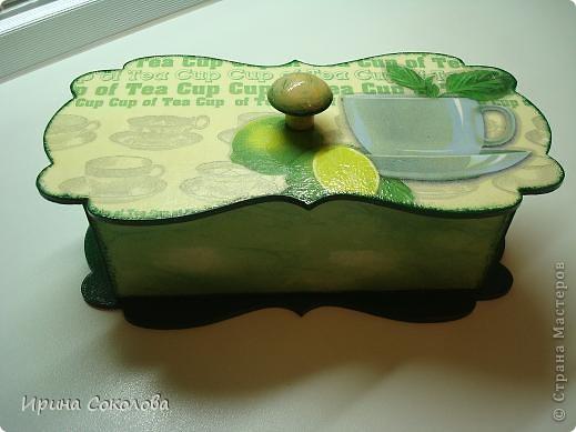 Чайная коробка задекорирована в технике декупаж. В работе использовала два види салфеток. фото 3