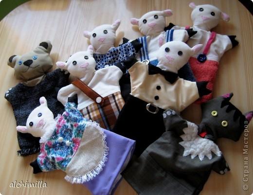 """В детский садик попросили сделать что-нибудь с развивающей целью. Выбрала кукол-варежек. Сказка мне досталась """"Волк и семеро козлят"""". Здесь - не все персонажи. Этих успела сшить первыми, они гурьбой отправились к деткам. фото 1"""
