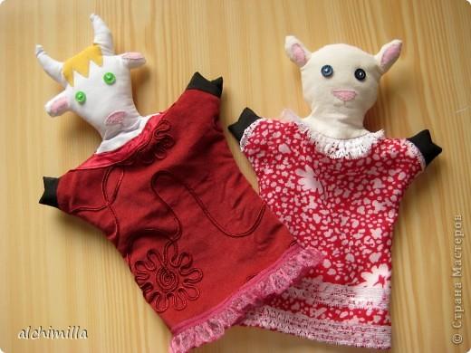 """В детский садик попросили сделать что-нибудь с развивающей целью. Выбрала кукол-варежек. Сказка мне досталась """"Волк и семеро козлят"""". Здесь - не все персонажи. Этих успела сшить первыми, они гурьбой отправились к деткам. фото 2"""