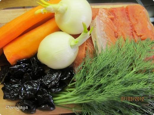 Из рыбы можно приготовить множество разнообразных блюд, и даже торт. Например, с морковью и черносливом. Это оригинально, празднично-красиво и вкусно! Подаваться такой торт будет, конечно, не в качестве десерта, а как закуска. Попробуйте!  Прекрасная и нарядная закуска к любому празднику! Рецепт нашла http://www.kyxarka.ru/news/1290.html Спасибо автору! фото 2