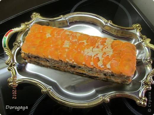 Из рыбы можно приготовить множество разнообразных блюд, и даже торт. Например, с морковью и черносливом. Это оригинально, празднично-красиво и вкусно! Подаваться такой торт будет, конечно, не в качестве десерта, а как закуска. Попробуйте!  Прекрасная и нарядная закуска к любому празднику! Рецепт нашла http://www.kyxarka.ru/news/1290.html Спасибо автору! фото 15