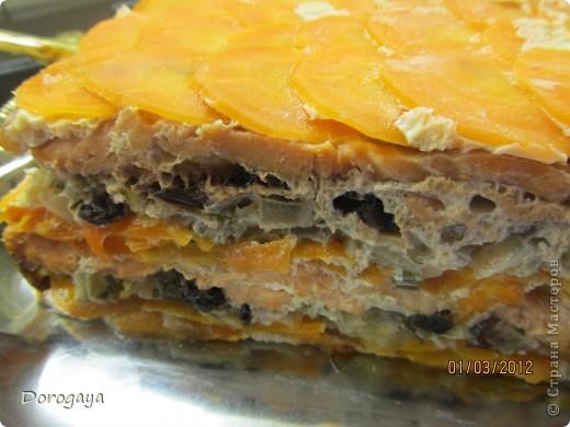 Из рыбы можно приготовить множество разнообразных блюд, и даже торт. Например, с морковью и черносливом. Это оригинально, празднично-красиво и вкусно! Подаваться такой торт будет, конечно, не в качестве десерта, а как закуска. Попробуйте!  Прекрасная и нарядная закуска к любому празднику! Рецепт нашла http://www.kyxarka.ru/news/1290.html Спасибо автору! фото 17