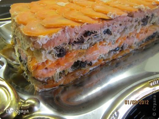 Из рыбы можно приготовить множество разнообразных блюд, и даже торт. Например, с морковью и черносливом. Это оригинально, празднично-красиво и вкусно! Подаваться такой торт будет, конечно, не в качестве десерта, а как закуска. Попробуйте!  Прекрасная и нарядная закуска к любому празднику! Рецепт нашла http://www.kyxarka.ru/news/1290.html Спасибо автору! фото 16