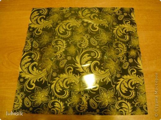 Подарок на 8 марта. Эту тарелочку расписала золотым контуром и с обратной стороны покрыла античным золотом металлик, смешанным с чёрным перламутром. Очень трудно сфотографировать стеклянную поверхность. Фото совершенно не передаёт естественный цвет и красоту. фото 5