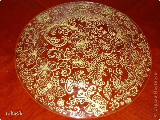Подарок на 8 марта. Эту тарелочку расписала золотым контуром и с обратной стороны покрыла античным золотом металлик, смешанным с чёрным перламутром. Очень трудно сфотографировать стеклянную поверхность. Фото совершенно не передаёт естественный цвет и красоту. фото 7
