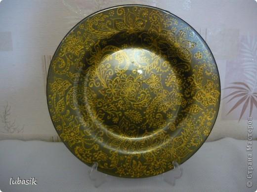 Подарок на 8 марта. Эту тарелочку расписала золотым контуром и с обратной стороны покрыла античным золотом металлик, смешанным с чёрным перламутром. Очень трудно сфотографировать стеклянную поверхность. Фото совершенно не передаёт естественный цвет и красоту. фото 1