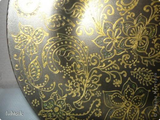 Подарок на 8 марта. Эту тарелочку расписала золотым контуром и с обратной стороны покрыла античным золотом металлик, смешанным с чёрным перламутром. Очень трудно сфотографировать стеклянную поверхность. Фото совершенно не передаёт естественный цвет и красоту. фото 3