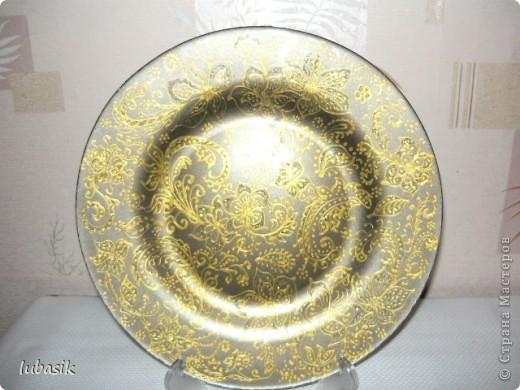 Подарок на 8 марта. Эту тарелочку расписала золотым контуром и с обратной стороны покрыла античным золотом металлик, смешанным с чёрным перламутром. Очень трудно сфотографировать стеклянную поверхность. Фото совершенно не передаёт естественный цвет и красоту. фото 2