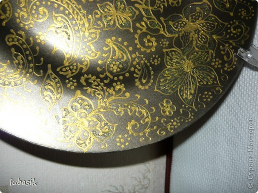 Подарок на 8 марта. Эту тарелочку расписала золотым контуром и с обратной стороны покрыла античным золотом металлик, смешанным с чёрным перламутром. Очень трудно сфотографировать стеклянную поверхность. Фото совершенно не передаёт естественный цвет и красоту. фото 4