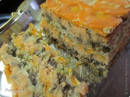 Из рыбы можно приготовить множество разнообразных блюд, и даже торт. Например, с морковью и черносливом. Это оригинально, празднично-красиво и вкусно! Подаваться такой торт будет, конечно, не в качестве десерта, а как закуска. Попробуйте!  Прекрасная и нарядная закуска к любому празднику! Рецепт нашла http://www.kyxarka.ru/news/1290.html Спасибо автору! фото 18