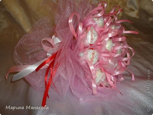 Вот такой прекрасный букетик теперь кого-то радует.я использовала 17 рафаэлло, органзу,  и 1,5 метра розового фатина. фото 1