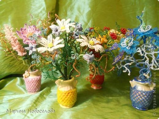 Летом купила дешевые керамические вазочки разных цветов. В конце зимы наконец-то нашла им применение. Сделала 4 цветочные композиции по цвету гармонирующих с вазочкой. фото 11