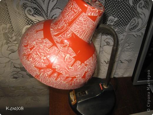 Так выглядит настольная лампа. Однажды мы обычную лампу обклеили тканью, решили украсить так сказать.но за лето ткань выгорела и стала некрасивой.я оторвала ткань и по моему получилось ничего, оригинально. фото 1