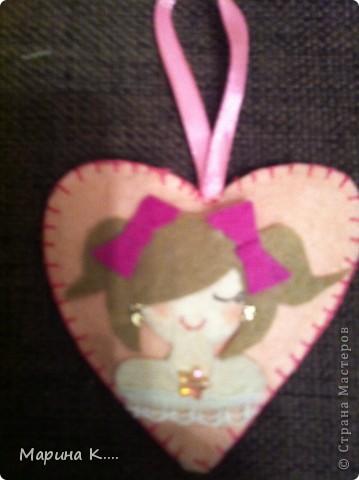 вот такие подарочки  пошила на 8 марта для подружек дочки. Картинки девочек и кошечек на сердечках по мотивам художницы Миас. Остальное - нашла на разных сайтах.  фото 1