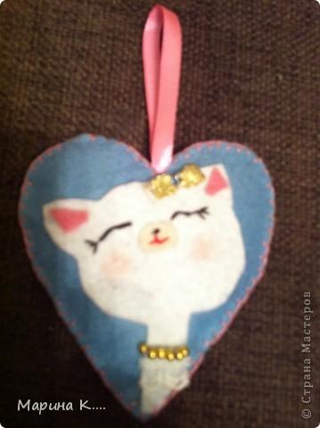вот такие подарочки  пошила на 8 марта для подружек дочки. Картинки девочек и кошечек на сердечках по мотивам художницы Миас. Остальное - нашла на разных сайтах.  фото 4