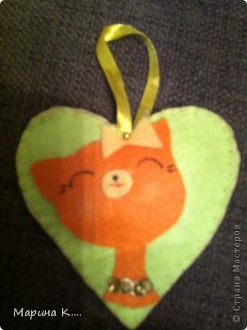 вот такие подарочки  пошила на 8 марта для подружек дочки. Картинки девочек и кошечек на сердечках по мотивам художницы Миас. Остальное - нашла на разных сайтах.  фото 2