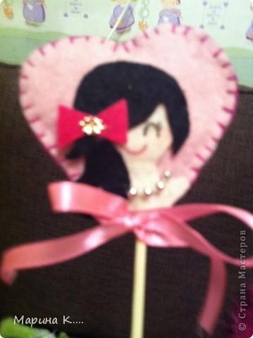 вот такие подарочки  пошила на 8 марта для подружек дочки. Картинки девочек и кошечек на сердечках по мотивам художницы Миас. Остальное - нашла на разных сайтах.  фото 3