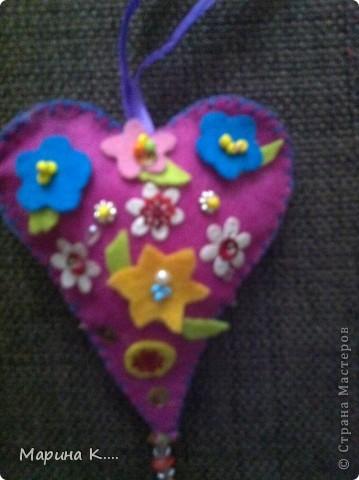 вот такие подарочки  пошила на 8 марта для подружек дочки. Картинки девочек и кошечек на сердечках по мотивам художницы Миас. Остальное - нашла на разных сайтах.  фото 9