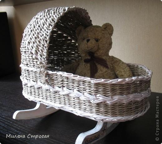 Самая необходимая вещь в доме, где есть маленькая девочка - кроватка для кукол!!! Описаний колясок в интернете море, добавлю свое. Может кому пригодится... фото 1