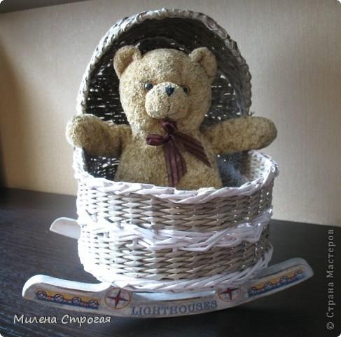 Самая необходимая вещь в доме, где есть маленькая девочка - кроватка для кукол!!! Описаний колясок в интернете море, добавлю свое. Может кому пригодится... фото 10