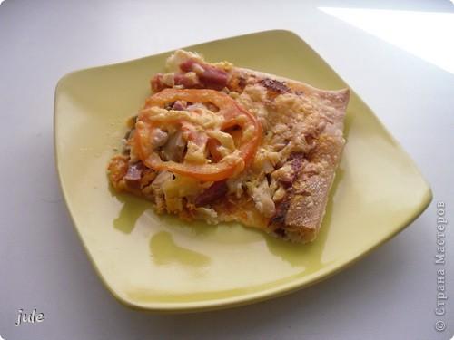 Вот такой вкусный суп мне сегодня приготовили. Он совсем не жирный и просто объедение.  Мясо (говядину) порезать на небольшие кусочки и сварить. Вместе с мясом варим крупную очищенную луковицу и лавровый лист (как мясо будет готово, луковицу и лаврушку убираем) Бульон не забываем солить.  Затем добавляем картофель крупно порезанный...морковь, тоже не мельчим. Когда картофель почти готов добавляем болгарский перец, нарезанный, как Вы уже догадались, крупно.  Выключаем огонь и добавляем в суп нарезанные кусочками помидоры. И зелень. Суп готов!!! фото 3