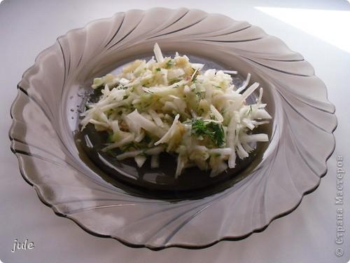 Вот такой вкусный суп мне сегодня приготовили. Он совсем не жирный и просто объедение.  Мясо (говядину) порезать на небольшие кусочки и сварить. Вместе с мясом варим крупную очищенную луковицу и лавровый лист (как мясо будет готово, луковицу и лаврушку убираем) Бульон не забываем солить.  Затем добавляем картофель крупно порезанный...морковь, тоже не мельчим. Когда картофель почти готов добавляем болгарский перец, нарезанный, как Вы уже догадались, крупно.  Выключаем огонь и добавляем в суп нарезанные кусочками помидоры. И зелень. Суп готов!!! фото 2