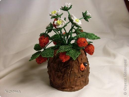 Вот такие ягодки сплелись к женскому празднику)Пенек смастерила из гипса. фото 1