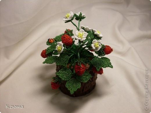 Вот такие ягодки сплелись к женскому празднику)Пенек смастерила из гипса. фото 2