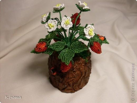 Вот такие ягодки сплелись к женскому празднику)Пенек смастерила из гипса. фото 3
