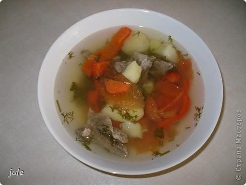 Вот такой вкусный суп мне сегодня приготовили. Он совсем не жирный и просто объедение.  Мясо (говядину) порезать на небольшие кусочки и сварить. Вместе с мясом варим крупную очищенную луковицу и лавровый лист (как мясо будет готово, луковицу и лаврушку убираем) Бульон не забываем солить.  Затем добавляем картофель крупно порезанный...морковь, тоже не мельчим. Когда картофель почти готов добавляем болгарский перец, нарезанный, как Вы уже догадались, крупно.  Выключаем огонь и добавляем в суп нарезанные кусочками помидоры. И зелень. Суп готов!!! фото 1